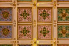 Złoty szczegół ozdobny sufit w eremu muzeum sztuki i kultura w Świątobliwym Petersburg, Rosja w zima pałac obraz royalty free