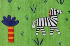 Zèbre marchant dans la jungle Images libres de droits