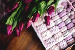 Zéfiro, bolinhos de amêndoa e tulipas foto de stock