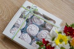 Zéfiro branco na caixa com flores Imagem de Stock Royalty Free