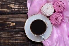 Zéphyr sensible avec du café aromatisé sur le backgrou en bois et rose Image stock