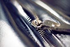 Zíper do metal em um saco de couro preto imagens de stock royalty free