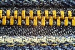 Zíper fechado das calças de brim, imagem alta do macro da ampliação Fotos de Stock Royalty Free