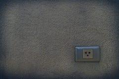 Zócalo del enchufe eléctrico construido en pared vieja imagenes de archivo