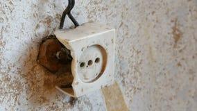 Zócalo destruido viejo del vintage en la pared de la casa metrajes