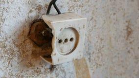 Zócalo destruido viejo del vintage en la pared de la casa almacen de metraje de vídeo
