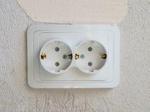 Zócalo eléctrico doble blanco en el cuarto fotografía de archivo libre de regalías