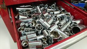 Zócalos brillantes del metal de la caja de herramientas roja Fotos de archivo
