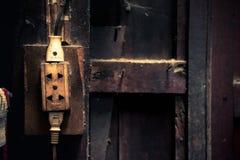 Zócalos eléctricos viejos en la pared de la casa, estilo de proceso del vintage Imagenes de archivo