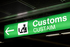 Zölle kennzeichnen innen Flughafen und Richtungspfeil Lizenzfreies Stockbild