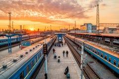 Züge auf Schienen an Ukraine-Station Stockbild