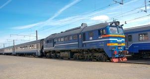 Züge auf Stationsplattform am sonnigen Tag Lizenzfreies Stockfoto