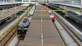 Züge an der Plattform des Stockholm-Hauptbahnhofs Stockfoto