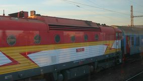 Züge, die in der Stadt ankommen stock video