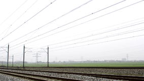 Züge, die nah vorbei an der hohen Geschwindigkeit überschreiten stock footage