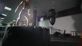 Züge einer jungen Frau in einer Turnhalle stock video footage