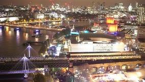 Züge von Waterloo-Station und von der Vogelperspektive von London bis zum Nacht stock video