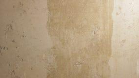 Zündkapseln eines Mannes eine Betonmauer mit einer Rolle stock footage