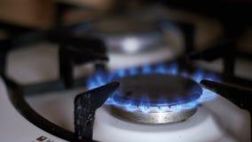 Zündung des Gases im Brenner auf dem Hauptküchen-Ofen Langsame Bewegung stock video