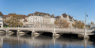 Zürich, Ansicht über den Limmat-Fluss und die Rudolf Brun-Brücke Lizenzfreie Stockfotos