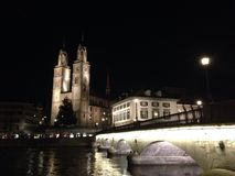 Zürich bij nacht stock afbeeldingen