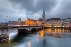 Zürich bij schemer Stock Afbeeldingen