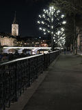 Zürich bis zum Nacht bei Limmat Stockfotos