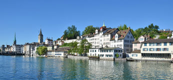 Zürich de stad in over Limmat Stock Afbeelding