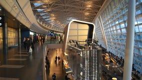 ZÜRICH, die SCHWEIZ - 31. März 2015: Kloten-Flughafen-Innenraum, Wartebereich innerhalb des Terminalgebäudes Der Flughafen ist stockbilder