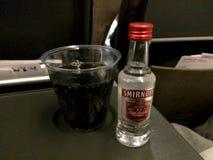 ZÜRICH, die SCHWEIZ - 31. März 2015: SCHWEIZER dient Alkohol in der Touristenklasse auf einem Langstreckenflug, genießen Wodkakok lizenzfreie stockbilder
