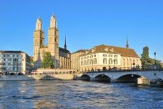 Zürich. Grossmunster-Kirche und der Limmat-Flussdamm Lizenzfreie Stockfotografie