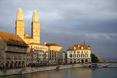 Zürich Grossmunster und alte Stadt am Sonnenuntergang stockfotografie