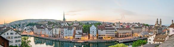 Zürich, HD-panorama, oude stad en Limmat-rivier bij zonsopgang stock afbeeldingen