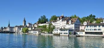 Zürich im Stadtzentrum gelegen über Limmat Stockbild