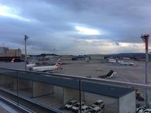 Zürich-luchthaven ZRH, Zwitserland, het Parkeren Vliegtuigen Stock Foto's