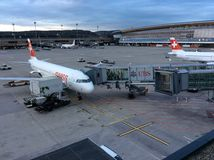 Zürich-luchthaven, Zwitserland, het Parkeren Vliegtuigen in de Schemering Stock Fotografie