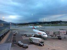Zürich-luchthaven, Zwitserland, het Parkeren Vliegtuigen in de Schemering Royalty-vrije Stock Foto's