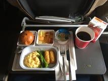 ZÜRICH, ZWITSERLAND - BRENG EENENDERTIGSTE, 2015 IN DE WAR: Een ontbijtmaaltijd met koffie, boter, brood, yoghurt en roereieren o Royalty-vrije Stock Afbeeldingen