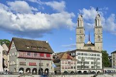 Zürich, Zwitserland - Juni 07, 2017: Grossmà ¼ nster wat de grote munster ` van ` in het Duits betekent is een Romaans-Stijl Prot royalty-vrije stock afbeelding