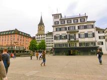 Zürich, Zwitserland - Mei 02, 2017: Het stadscentrum van Zürich, Zwitserland Mensen op de achtergrond Stock Foto