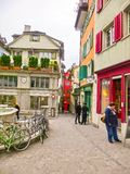 Zürich, Zwitserland - Mei 02, 2017: Het stadscentrum van Zürich, Zwitserland Mensen op de achtergrond Stock Fotografie