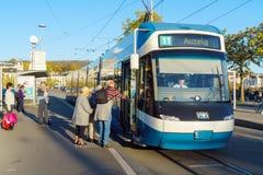 Zürich, Zwitserland - Oktober 16, 2017: Moderne trams op stre royalty-vrije stock afbeelding