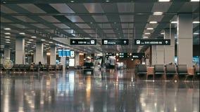 ZÜRICH, Zwitserland - September 6: Mensen die binnen terminal van de Luchthaven van Zürich, Europese vervoershub lopen stock footage