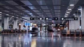 Zürich, Zwitserland - September 6: Mensen die binnen terminal van de Luchthaven van Zürich lopen, concept vervoershub stock video