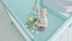 Ząbkowania gryzienia zabawki dziecięcy jajka w kojec w domu zbiory wideo