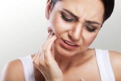 Zęby problemowi Kobieta zębu Czuciowy ból Zbliżenie Piękny Fotografia Royalty Free