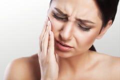 Zęby problemowi Kobieta zębu Czuciowy ból Zbliżenie Piękny Smutny dziewczyny cierpienie Od Silnego zębu bólu Atrakcyjna kobieta F Fotografia Royalty Free