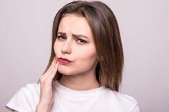 Zęby problemowi Kobieta zębu Czuciowy ból Zbliżenie Piękny Smutny dziewczyny cierpienie Od Silnego zębu bólu Atrakcyjna kobieta F obraz royalty free