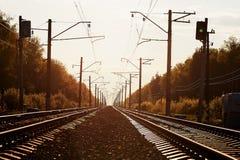 Złącze kolej ślad w pociąg staci przeciw pięknego lekkiego słońca nieba ustalonemu use dla gruntowego transportu Obraz Royalty Free