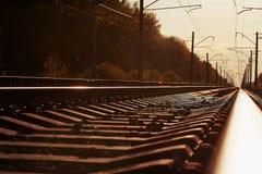 Złącze kolej ślad w pociąg staci przeciw pięknego lekkiego słońca nieba ustalonemu use dla gruntowego transportu Zdjęcia Royalty Free